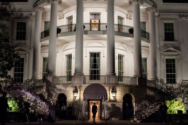 obama-walking-into-white-house